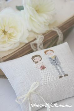 letrecivette: Wedding day: pillow faiths .. White Style, Needlepoint, Needlework, Projects To Try, Cross Stitch, Wedding Day, Bouquet, Gift Wrapping, Embroidery