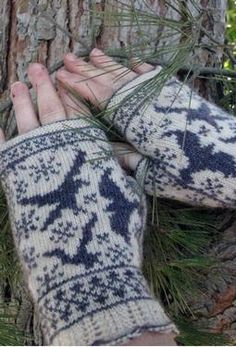 Ravens in Snow Fingerless Mitts from Knitpicks by Stephannie Tallent. Use grey and black yarn instead.