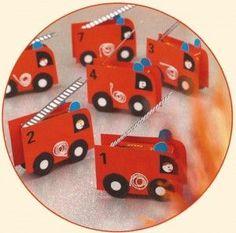 Traktatie van rozijnendoosje verpakt als brandweer auto: