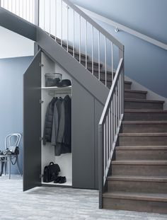 Garderobe/Skap under trapp - Plass til mer Staircase Storage, Stair Storage, Staircase Design, Closet Under Stairs, Under Stairs Cupboard, Corner Storage, Bungalow House Design, House Stairs, Interior Design Living Room