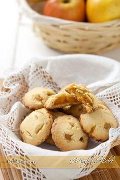 Biscotti alle mele, simili ai cuor di mela, deliziosi, facilissimi da preparare e soprattutto genuini. Quando li preparo, spariscono in mezza giornata, uno tira l'altro.