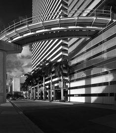 People mover through Miami Tower designed by Pei, Cobb, Freed & Partners, Downtown (Miami, Florida)