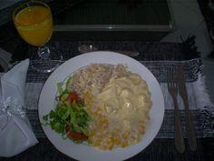 Niver do maridinho.:. almoço.:. 1 dos Pratos preferidos: Creme de milho, frango à quatro queijos - salada e arroz integral por minha conta :)   E...suco de manga!