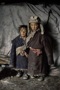 Steve McCurry - Nothing is surplus among the nomadic tribes that traverse the high plains of Tibet. This portrait of two nomad children reveals how the yaks. Steve Mccurry, Precious Children, Beautiful Children, Beautiful People, Poor Children, Fotojournalismus, World Press Photo, Afghan Girl, World Cultures