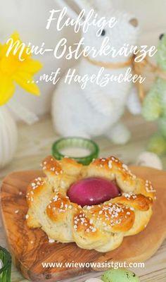 Ja, endlich wieder Ostern. Zeit für leckere Hefeteige. Wir lieben ja Hefezopf und Co. das ganze Jahr über. Wie wäre es zu Ostern mit diesen süßen Mini-Osterkränzen. Gehen ganz einfach und sind so schön. Der Oster-Kranz hat in der Mitte ein Ei und wird noch mit Hagelzucker bestreut. Yummi. Perfekt für den Oster-Brunchtisch. #ostern #Hefeteig #Osterkranz