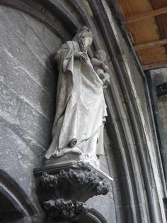 Madonna van het Noordportaal van de Sint-Martinusbasiliek te Halle. Replica in mortelspecie van origineel (1400-1410) thans in de sacristie