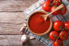 O extrato de tomate, entre outras finalidades, é utilizado como base para fazer molho de tomate. Apesar deste produto ter apenas tomate, sal e açúcar na sua composição, você pode fazer o molho caseiro, com tomates frescos e incrementar com temperos e ervas aromáticas. Veja a receita:Ingredientes1 kg