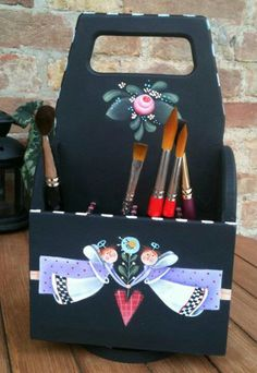 CAJA DE PINCELES Tole Decorative Paintings, Tole Painting Patterns, Artist Painting, Painting On Wood, Rosemary West, Country Paintings, Primitive Crafts, Wooden Crafts, Arrows