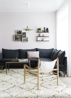 Living room Muted colours. Luxurious rug. Black sofa