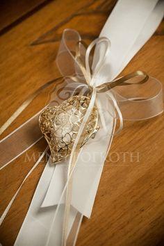 Κρεμαστή μπομπονιέρα γάμου με καρδιά Baptism Favors, Wedding Favours, Party Favors, Wedding Gifts, Diy Flowers, Flower Decorations, Almond Flower, Sweet Bags, Ring Pillow Wedding