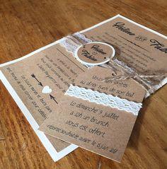 Faire-part mariage Kraft et dentelle. Le Kraft et la Dentelle pour un faire-part rétro chic sur le thème champêtre. Carte simple ivoire et Kraft denviron 14,5cm x 21cm, décorée dune bande de dentelle, et dun monogramme rond imprimé du prénom de futurs mariés, maintenu au faire-part