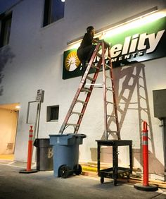 Safety Fails That Would Make OSHA Faint - The internet has generated a huge amount of laughs from cats and FAILS. And we all out of cats. Construction Fails, Construction Safety, Fall Protection Harness, Safety Fail, Safety Ladder, Darwin Awards, Safety First, Workplace Safety, Pictures Of The Week
