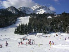 Tabara de SKI / SNOWBOARD cu insotitor de grup // Tabara internationale de iarna, cu program de ski si snowboard, se desfasoara in Bad Aussee, in zona Salzkammergut din Styria - centrul Austriei.  De peste 100 ani este considerata una dintre cele mai atractive statiuni din Austria. Oraselul este inconjurat de paduri si lacuri ce creeaza ambientul ideal pentru excursii si are un muzeu, minigolf, bowling, centru spa indoor si cinema. La fiecare 2 saptamani se organizeaza un festival la care… How Lucky Am I, Bowling, Mount Rainier, Bad, Four Square, Austria, To Go, Mountains, Travel