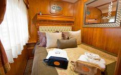 El Transcantábrico cuenta con los coches Pullman originales de 1923, auténticas joyas del patrimonio histórico-ferroviario, especialmente decorados para este tren de lujo.