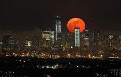 La luna llena se eleva sobre el horizonte del Bajo Manhattan y One World Trade Center en Nueva York, el 5 de mayo de 2012