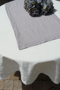 Chemin de table lin lavé Gris souris Une qualité exceptionnelle pour cette superbe nappe en lin lavé épais de coloris gris clair. Elle s'accordera avec toutes vos vaisselles et vos mises en scène, pourquoi pas en y associant vos chemins de tables. C'est le basique qu'il vous faut !  100% pur lin naturel lavé.  Existe également en chemin de table en grande dimension 45x200 cm  Dimensions 170x250 cm sur www.lemondederose.com
