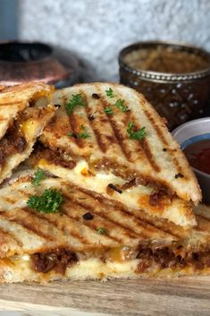 Flame toasti with spicy minced meat and cheese Healthy Meals For Kids, Good Healthy Recipes, Sandwiches, Dutch Recipes, Amish Recipes, Dips, Best Appetizers, I Foods, Food Inspiration