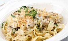 Tagliatelle cu piept de pui - LaProvincia How To Cook Pasta, How To Cook Chicken, Holiday Cupcakes, Recipe For Mom, Cupcake Recipes, Finger Foods, Pasta Recipes, Pasta Salad, Pesto