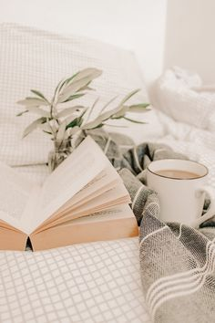 Cream Aesthetic, Book Aesthetic, Aesthetic Pictures, Wallpaper Iphone Cute, Wallpaper Backgrounds, Book Flatlay, Foto Blog, Creation Photo, Wallpaper Aesthetic