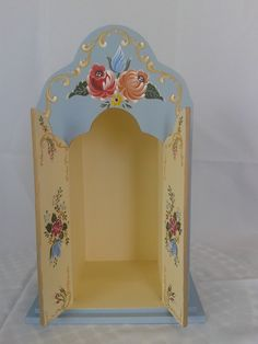 Oratório em MDF, confeccionado em Pintura Bauern (pintura campestre Alemã), com vidro para proteger a imagem. <br>A porta do mesmo é fixa. <br>Medida Interna: 26cm x 11 cm Faith Crafts, Prayer Corner, Diy And Crafts, Arts And Crafts, Muebles Shabby Chic, Home Altar, One Stroke Painting, Design Reference, Painting Inspiration