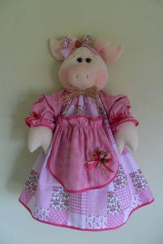 PUXA-SACO Porquinha    Produzido em tecido 100% algodão em padrão aleatório, conforme disponibilidade do mercado. Disponível nas cores: laranja, amarelo, vermelho, roxo/lilás, rosa/pink.O tempo para produzir a peça é uma estimativa, podendo ser combinado no ato do pedido. R$ 55,00 Fabric Crafts, Sewing Crafts, Sewing Projects, Felt Fabric, Fabric Dolls, Felt Patterns, Sewing Patterns, Carrier Bag Holder, Pig Crafts