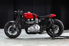 Think the ol' 865cc Thruxton was too fat, too heavy and too slow to be interesting? Thankfully Parisian workshop 'Bad Winners' have something for what ails ya - a bantamweight Thrux that's so light and sexy you'd think it just eats salad. Here's the second of five bikes in a similar vein, a 2015 Triumph Thruxton dubbed 'Zero Gravity'.
