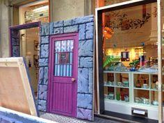 Montando la fachada para el evento Tiendas de Cine con motivo de 65 edición del Zinemaldia