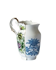The Hybrid Berenice milk jug is part of the Hybrid dinnerware collection by Italian maker Seletti. This collection brings art closer to everyday life. Vases, Christmas Store, Burke Decor, Bone China, A Table, Dining Table, Dinnerware, Floral Prints, Tableware