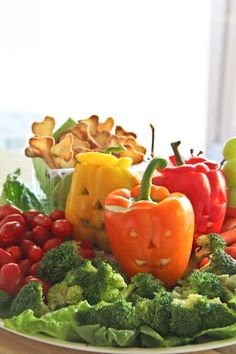 Awesome Veggie Plate for a Halloween Party! Good tutorial on making the Jack-O-Lantern Peppers. Halloween Snacks, Halloween Cupcakes, Healthy Halloween, Holidays Halloween, Happy Halloween, Sarah Wiener, Veggie Plate, Veggie Tray, Spooky Food