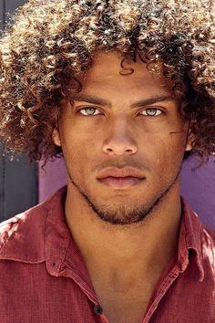 É lindo de mais, homens negros de olhos claros. Amu!