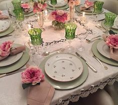 Pin by Annie Coosemans on Eettafel in 2019 Pink Table Settings, Beautiful Table Settings, Dresser Table, Table Setting Inspiration, Dinning Room Tables, Deco Table, Home And Deco, Home Interior, Chandeliers