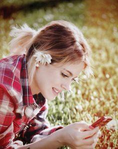 Con mi telefono! Estoy leyendo tweets. Mira mi nueva foto en twitter!