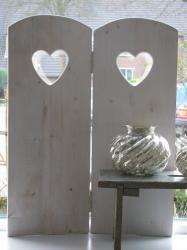 Raamscherm/ twee luik Eva in het wit met hartje. Het raamscherm is 60 cm hoog. www.desoetelaer.nl Window Screens, Window Shutters, Cottage Chic, Driftwood, Pallet, Home Decor, House Blinds, Homemade Home Decor, Shades
