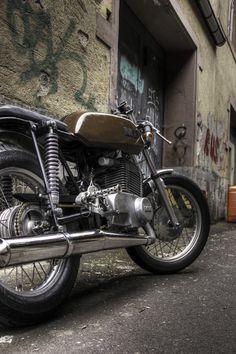 ohne viele Worte: MartinSchraubt gerne an seinen Motorrädern rum. Wenn sie danach noch funktionieren, fährt er auch gerne eine Runde. Beides mit überschaubarem Können aber viel Herzblut. Voriger Beitrag Nächster Beitrag