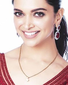 That kinda Mangalsutra 💕😍😘 Deepika Padukone for Nickeloden Kids Choice Awards 💖 . Mangalsutra Bracelet, Diamond Mangalsutra, Gold Mangalsutra Designs, Gold Jewellery Design, Fancy Jewellery, Indian Wedding Jewelry, Bridal Jewelry, Beaded Jewelry, Indian Jewelry
