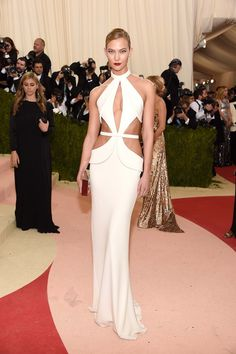Karlie Kloss's Post-Met Quick-Change Proves That Sometimes All You Need Is a Pair of Scissors