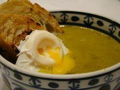 Manjericota: Sopa Cremosa de Aspargos com Ovo Poché em Torradas