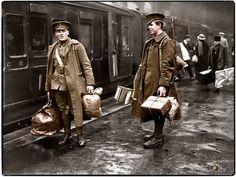Une colorisation partielle de deux soldats des Grenadier Guards en attente sur le quai de la gare de Victoria à Londres, sur le point de partir pour la ligne de front en Décembre 1914.
