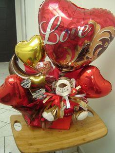 Love bunch of heart arrangement Balloon Arrangements, Balloon Centerpieces, Centerpiece Decorations, Gift Bouquet, Candy Bouquet, Balloon Bouquet, Valentines Balloons, Valentines Day Decorations, Valentine Baskets