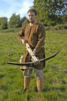 Een Laagveldse man laat trots zijn nieuwe aanwinst zien: een Kergijnse kruisboog!