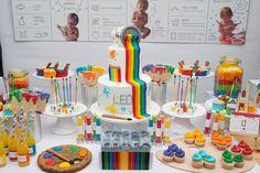 Bebê de um ano tem festa multicolorida inspirada em aula de artes