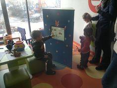 Interaktywna zabawka w poczekalni centrum medycznego