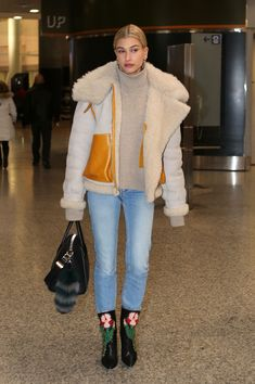 Hailey Baldwin at Pearson International Airport in Toronto 12/08/2017. Celebrity Fashion and Style | Street Style | Street Fashion