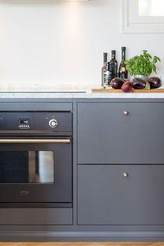 Bänkskiva i marmor ihop med Bistro peppargrå | Ballingslöv Kitchen Furniture, Camilla, Kitchen Design, Kitchen Ideas, Cool Kitchens, Carrara, Kitchen Cabinets, Dining, Interior