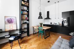 V kuchyňském koutě použili černobílou kombinaci barev, nad jídelním stolem visí lehce industriální svítidlo Magasin Lamp od Norr 11 (8652 Kč, Designpropaganda) - ProŽeny.cz Decor, Furniture, Diy Inspiration, Corner Desk, Beautiful Homes, Table, Home Decor, Kitchen, Inspiration