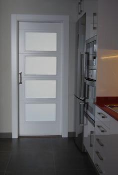 Puerta corredera lacada blanca con cristales al ácido.