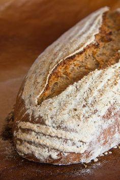 """Beim Durchblättern von Roswitha Hubers Buch """"Gutes Brot"""" fiel mir sofort ihr Rustikales Pinzgauer Bauernbrot auf. Ein Roggenmischbrot mit Sauerteig und Gewürzen, benannt nach dem Bezirk Zell am See (""""Pinzgau"""") in Österreich. Die vom Rezept geforderten Anis und Fenchel hatte ich nicht im Haus, also blieben noch Kümmel und Koriander. Ich habe die Sauerteigmenge etwas Weiterlesen..."""