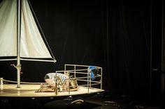 """Espetáculo """"O Silêncio do Mundo"""" Chang Produções. Cenário: Quartinho Direções Artísticas Cenógrafa: Maíra Carvalho Assistente de Cenografia: Marcus Takatsuka Cenotécnico: Celso Dourado Foto: Diego Bresani #teatro #cenário #barco #navegação #ship"""