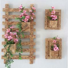Trio de arranjos de parede em madeira. Arranjos florais acompanham os produtos. Todas as peças com suportes 60cm de altura por 30 cm largura Ideal para varandas e terraços.