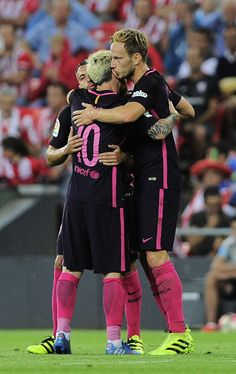 Barcelona's Croatian midfielder Ivan Rakitic (R) is congratulated by teammates defender Jordi Alba (L) and Argentinian forward Lionel Messi after scoring during the Spanish league football match Athletic Club Bilbao vs FC Barcelona at the San Mames stadium in Bilbao on August 28, 2016. / AFP / ANDER GILLENEA